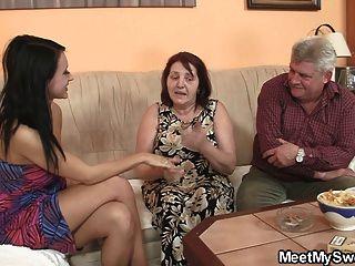 A menina inocente é seduzida pela avó e fodida pelo papai