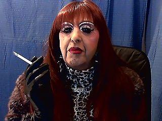 Garota do fumo do redhead mandy