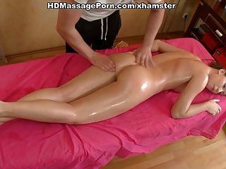 Sexy girl masturbated em mesa de massagem e chupa galo até