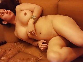 Desi esposa nua no sofá