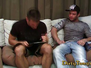 Músculo stud recebe um suculento pedaço de burro