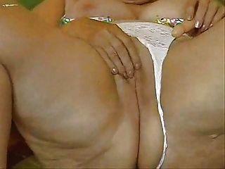Granny horny masturbating seu bichano grande!