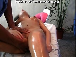 Sexy babe com cabelo longo quer massagem quente