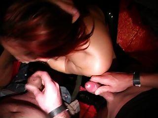 Menina belga suga galo em um congresso pornô