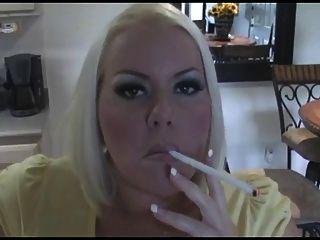 Sexy louro pechugão milf fumar só