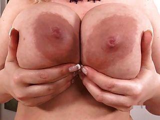 Busty sophie mei brinca com seus peitos grandes