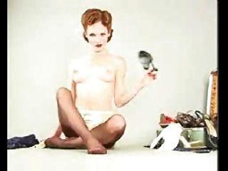 Toda a estrela natural da pornografia do redhead no pino acima da roupa interior do estilo do dita e das meias masturbating stripping