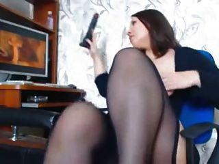 Uma mulher com belas curvas masturbates assistindo um porno