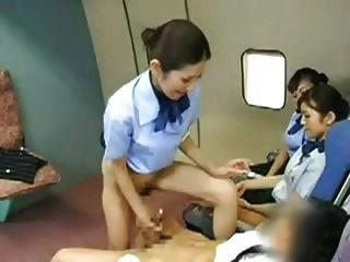 Asian stewardess batendo o capitão
