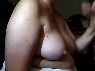Mulher madura suga pau e fica cum sobre seus peitos