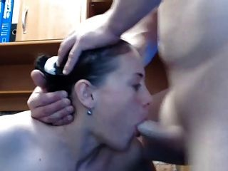 Menina dá blowjob incrível, em seguida, leva carga para enfrentar