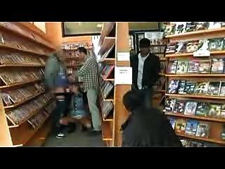 Bukkake em uma loja de vídeo