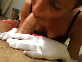 Tyler dá luva branca trabalho mão cireman
