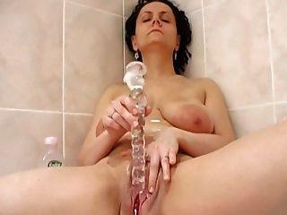 Esfregue a buceta no banheiro
