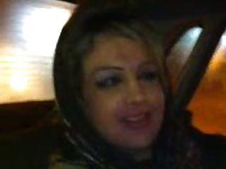 Menina hijab sopra no carro