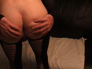 Tara crossdress está posando em nylons pretos e mostra ass