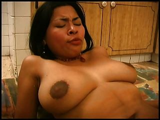 Latina menina fodendo na cozinha