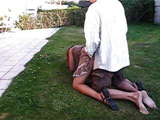 Cassie de cul sur la pelouse