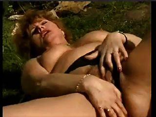 Mulher molhada masturbando no jardim por snahbrandy