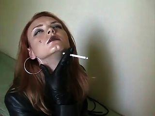 Fumando em couro