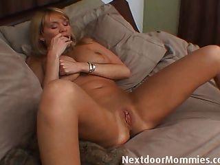 Mulher mais velha com mamas enormes se masturba