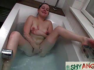 Teen angela no banheiro