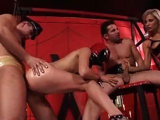 Amante slavegirl e duas torneiras