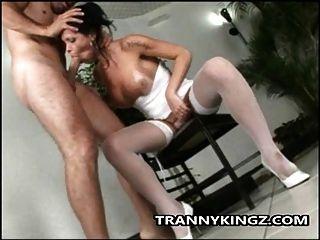 Transexual latina com fome de um galo