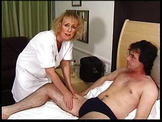 Skinny blonde granny recebe creampie e facial