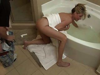 Filho foda não sua mãe no banheiro