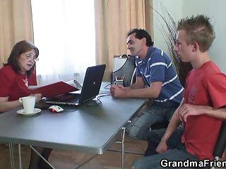Granny fodido por dois caras desempregados