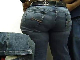 Uma bela bunda negra ajudando a colocar as calças dela.