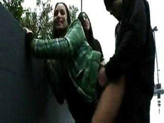 1 cara se divertir com 3 meninas ao ar livre