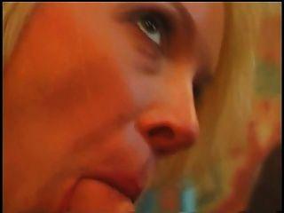 Bela loira com grandes mamas suculentas fica fodida na mesa da sala de jantar