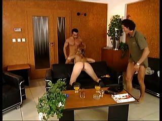 Sexy girl alemão fodido por dois de seus amigos