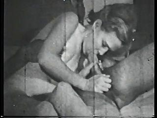 Morena babe com perky tits suga grande galo na cama