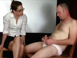 Homem em calcinha punido pelo professor