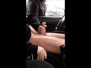 Mãos ajudando e um carro estacionado