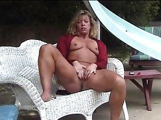 Masturbação madura no jardim