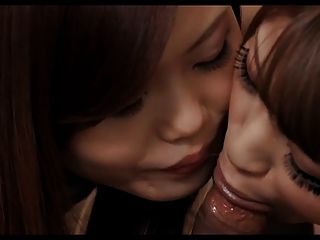 Meninas asiáticas dando um golpe
