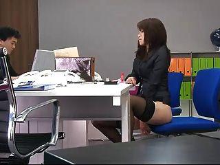 Durante um escritório quebrar o hoo do maki brinca seu bichano com escritório