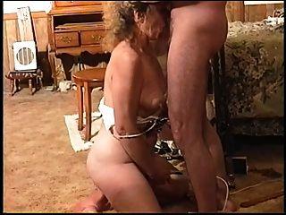 Ela cums com um galo pela garganta