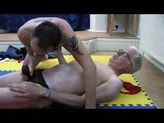 Dois homens mais velhos em tangas