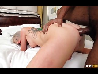 Sexy loura juilette amores vadios para obter boca e culo fodido