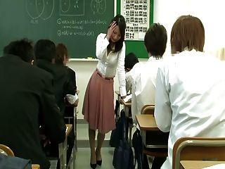 Vibrador remoto sob a saia do professor