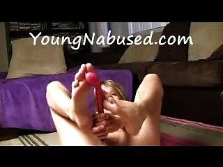 Namorada se masturba e brinca com os pés