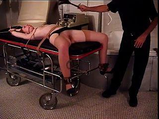 Ruiva com grandes naturais ligados com as pernas abertas para seu mestre