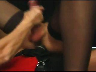 Mulher fode um tranny com um strapon