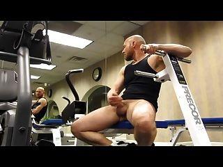 Calvo musculoso pajeandose no ginásio