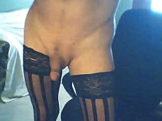 Transexual elegante em meias pretas fuma e cums para você